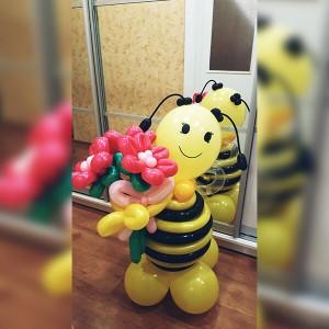 Милая пчёлка с букетом